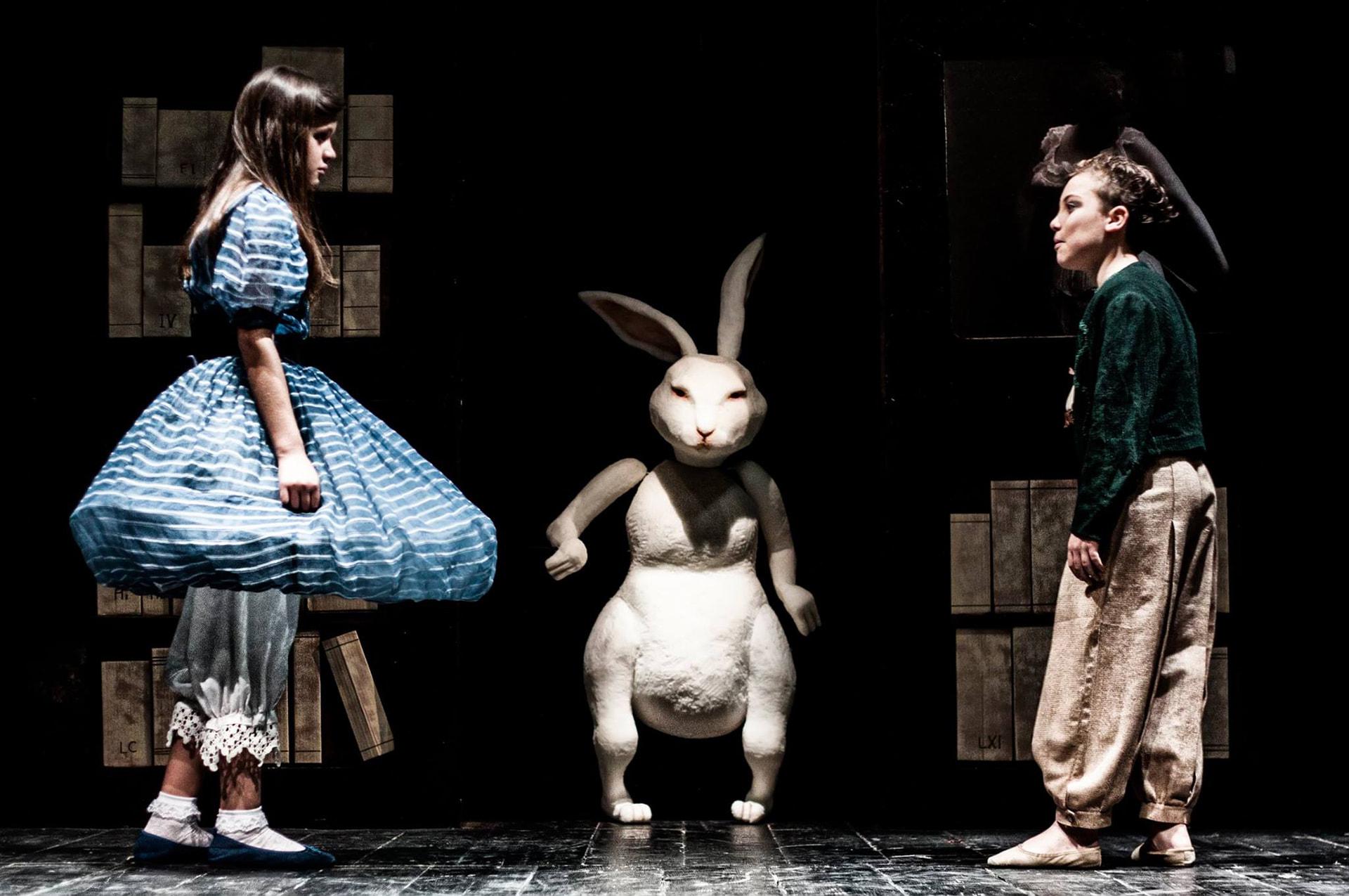 """Foto di scena 2 """"Peter e Alice attraverso lo specchio"""" (coniglio bianco)"""